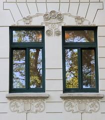 Architekturfotos aus dem Hamburger Stadtteil Eimsbüttel - Bezirk Eimsbüttel; Fensterdekor - Jugendstilrelief.