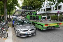 Abschleppaktion am Moorfuhrtweg in Hamburg Winterhude; ein Falschparker wird während des Flohmarktes am Golbekhaus vor einem Zebrastreifen abgeschleppt / mit einem Kran auf den Abschleppwagen gehoben.