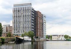 Bilder aus dem Hamburger Stadtteil / Bezirk Harburg, Lotsekanal; moderne Büroarchitektur - in der Mitte ein historisches Speichergebäude.