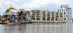 Fotos aus dem Harburger Hafen - Überwinterungshafen im Hamburger Stadtteil Harburg; moderne Wohngebäude und nachgebauter Hansenspeicher  als Wohnarchitektur - im Vordergrund der Kettenbagger Heimdall.