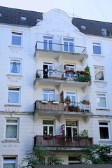 Architekturfotos aus dem Hamburger Stadtteil Eimsbüttel - Bezirk Eimsbüttel; Etagenhaus mit Scheingiebel, Balkons und Schmuckdekor in der Lutterothstraße.