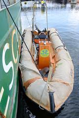 Das ehem. Rettungsschiff  Sea-Eye hat am Lotsenkanal im Hafen von Hamburg Harburg festgemacht; Beiboot.