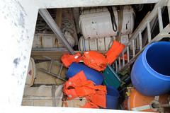 Das ehem. Rettungsschiff  Sea-Eye hat am Lotsenkanal im Hafen von Hamburg Harburg festgemacht; Schiffsladeraum mit Schwimmwesten und Rettungsinseln.