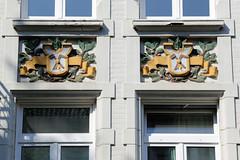 Architekturfotos aus dem Hamburger Stadtteil Eimsbüttel - Bezirk Eimsbüttel; farbiges Fassadenrelief - Handwerksembleme mit Blattwerk.