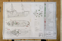 Das ehem. Rettungsschiff  Sea-Eye hat am Lotsenkanal im Hafen von Hamburg Harburg festgemacht; Branschutz- und Sicherheitsplan des Schiffs.
