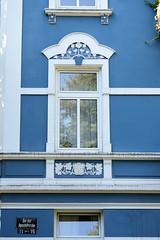 Architekturfotos aus dem Hamburger Stadtteil Eimsbüttel - Bezirk Eimsbüttel; blaue Hausfassade mit weiß abgesetztem Jugendstildekor Bei der Apostelkirche.