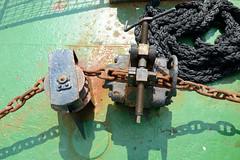 Das ehem. Rettungsschiff  Sea-Eye hat am Lotsenkanal im Hafen von Hamburg Harburg festgemacht; Ankerkette mit Stopper - Schiffstau.