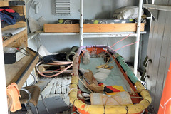 Das ehem. Rettungsschiff  Sea-Eye hat am Lotsenkanal im Hafen von Hamburg Harburg festgemacht; Krankenstation mit Notbetten.