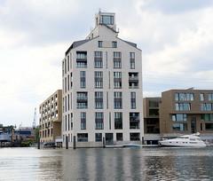 Fotos aus dem Harburger Hafen - Überwinterungshafen im Hamburger Stadtteil Harburg; moderne Wohngebäude und nachgebauter Hansenspeicher  als Wohnarchitektur.