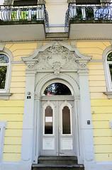Architekturfotos aus dem Hamburger Stadtteil Eimsbüttel - Bezirk Eimsbüttel; Eingangstür, Fassadenschmuck Bei der Apostelkirche.
