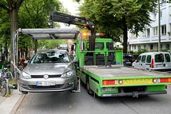Abschleppaktion am Moorfuhrtweg in Hamburg Winterhude;  Abschleppaktion am Moorfuhrtweg in Hamburg Winterhude; ein Falschparker wird während des Flohmarktes am Golbekhaus vor einem Zebrastreifen abgeschleppt / mit einem Kran auf den Abschleppwagen ge
