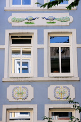 Architekturfotos aus dem Hamburger Stadtteil Eimsbüttel - Bezirk Eimsbüttel; Fassadendekor mit Pfauen und farbigem Jugendstilrelief.
