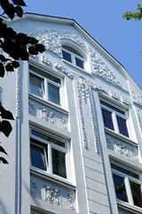 Architekturfotos aus dem Hamburger Stadtteil Eimsbüttel - Bezirk Eimsbüttel; Schmuckgiebel eines Jugendstil-Etagenhauses in der Lutterothstraße.