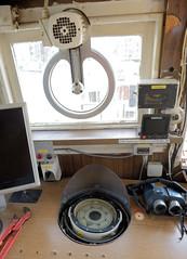 Das ehem. Rettungsschiff  Sea-Eye hat am Lotsenkanal im Hafen von Hamburg Harburg festgemacht; Kommandobrücke mit Kompass und Fernglas.