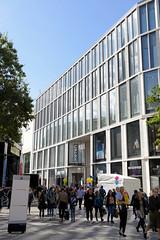 Stadtteilbilder aus der Hamburger Alstadt - Bezirk Hamburg Mitte. Moderne Architektur an der FussgängerInnenzone der Spitalerstraße.
