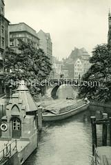 Historische Bilder aus der Hamburger Neustadt; Blick über das Herrengrabenfleet zur Ellerntorsbrücke - im Hintergrund Wohnhäuser / Speicher beim Stadthaus.