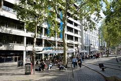 Stadtteilbilder aus der Hmburger Alstadt - Bezirk Hamburg Mitte. Aussengastronomie auf dem Gerhart Hauptmann Platz - Tische unter Sonnenschirmen.