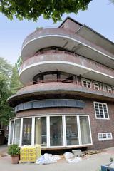 Fotos aus dem Hamburger Stadtteil Dulsberg - Bezirk Hamburg Nord. Runde Kopfbauten mit Laden der Frankschen Laubenganghäuser in der Oberschlesischen Straße; die Gebäude wurden 1931 errichtet und stehen unter Denkmalschutz