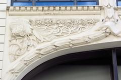 Fotos aus der Hamburger Einkaufsstraße Neuer Wall im Stadtteil Neustadt - Hamburgs Innenstadt. Jugenstildekor mit Frauenkopf und floraler Linienführung einer historischen Hausfassade eines Kontorhauses.