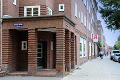 Fotos aus dem Hamburger Stadtteil Dulsberg - Bezirk Hamburg Nord. Siedlungsbau an der Straßburger Straße; das Gebäude wurde 1928 errichtet und steht unter Denkmalschutz - Architekten Klophaus & Schoch.
