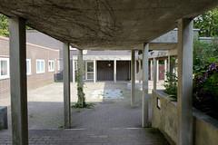 Bilder aus dem Hamburger Stadtteil Dulsberg - Bezirk Hamburg Nord.  Gang und Gemeindehaus der Dietrich Bonhoefer Kirche - das 1969 fertiggestellte Kirchengebäude steht unter Denkmalschutz, Architekt Gerhart Laage.