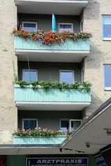 Fotos aus dem Hamburger Stadtteil Dulsberg - Bezirk Hamburg Nord. Architektur der 1960er Jahre - Hochhaus mit grünen Balkons  in der Dithmarscher Straße.