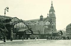 Historische Ansicht vom Hamburger Hauptbahnhof im Stadtteil St. Georg. Blick über die Kirchenallee zum Bahnhofseingang - Schild Stadt- und Vorortverkehr; Taxis warten vor dem Bahnhof.