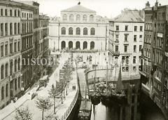 Historische Motive aus der Hansestadt Hamburg - alte Bilder aus Hamburgs Altstadt.  Blick auf die Hamburger Börse - eine Steintreppe führt hinab zum Mönkefleet - Ewer liegen an der Kaimauer.