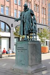 Fotos aus der Hamburger Einkaufsstraße Neuer Wall im Stadtteil Neustadt - Hamburgs Innenstadt.  Denkmal für den Bürgermeister Carl Friedrich Petersen, aufgestellt 1892 - Bildhauer Viktor Tilgner.