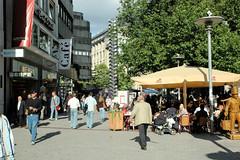 Stadtteilbilder aus der Hamburger Alstadt - Bezirk Hamburg Mitte. Älteres Foto (2005) von der Spitalerstraße, lks. das Café Wirth, das nach fast 140 Jahren 2015 geschlossen wurde - dahinter das Kunstwerk der hohen Metallstele, das entfernt wurde..