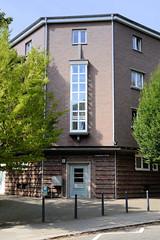 Bilder aus dem Hamburger Stadtteil Dulsberg - Bezirk Hamburg Nord. Siedlungsbau / Eckgebäude  an der Königshüttener Straße - das Klinkergebäude wurde1928 errichtet und steht unter Denkmalschutz - Architekten Klophaus, Schoch, zu Putlitz.