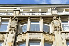 Fotos aus der Hamburger Einkaufsstraße Neuer Wall im Stadtteil Neustadt - Hamburgs Innenstadt. Historische Hausfassade mit Schmuckelementen.