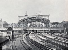 Historische Darstellungen vom Hamburger Hauptbahnhof im Stadtteil Sankt Georg. Blick auf die Baustelle des Bahnhofs, das Eisengerüst der Bahnhofshalle wird errichtet.