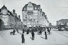 Historische Darstellung von der Mönckebergstraße - Spitaler Straße in der Hamburger Altstadt. Fußgänger gehen auf dem Bürgersteig, ein Mann schiebt eine Handkarre und ein Fahrradfahrer überquert die Mönckebergstraße; rechts eine Straßenbahn, dahi
