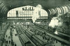 Historische Darstellungen vom Hamburger Hauptbahnhof im Stadtteil Sankt Georg. Züge stehen an den Bahnsteigen der Bahnhofshalle, Dampflokomotiven qualmen.