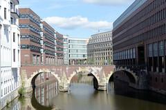 Fotos aus der Hamburger   Neustadt - Hamburgs Innenstadt.  Blick über das Herrengrabenfleet und der Ellerntorsbrücke zur Stadthausbrücke.
