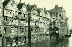 Historische Motive aus der Hansestadt Hamburg - Hamburgs alte Wasserwege, Fleete. Wohnhäuser und Speicher am Admiralitätsstraßenfleet - Werbeschild Motorenreparatur.