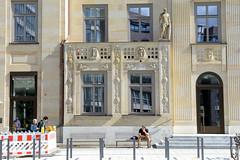 Fotos aus der Hamburger   Neustadt - Hamburgs Innenstadt. Reliefdekor an der Fassadem vom Hamburger Stadthaus an der Stadthausbrücke; das Gebäude entstand 1814 als Sitz der Stadtverwaltung - in der Zeit des Nationalsozialismus diente als Zentrale der
