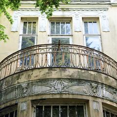 Marienthal ist ein Hamburger Stadtteil im Bezirk Hamburg Wandsbek. Halbrunde Terrasse / Balkon mit Jugendstilornamenten und verrosteten Balkongitter einer leer stehenden Stadtvilla in der Wandsbeker Jüthornstraße.