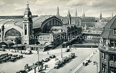 Historische Darstellungen vom Hamburger Hauptbahnhof im Stadtteil St. Georg; Blick auf den Hachmannplatz auf dem Taxis und Busse der Stadtrundfahrt stehen; rechts das Bieberhaus und im Hintergrund die Türme der Hansestadt.