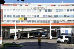 Bilder aus dem Hamburger Stadtteil Dulsberg - Bezirk Hamburg Nord. Architektur der 1980er Jahre - Dulsberghof, Gewerbegebäude mit Tankstelle im Alten Teichweg.