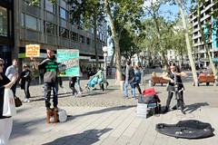 Stadtteilbilder aus der Hamburger Alstadt - Bezirk Hamburg Mitte. Sonnabend Nachmittag an der Mönckebergstraße / Gerhart Hauptmann Platz - Straßenmusikerin und Demonstrant.
