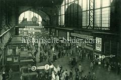 Historische Darstellungen vom Hamburger Hauptbahnhof im Stadtteil Sankt Georg; Bahnhofs Wandelhalle mit Reisenden; große Bahnhofsuhr und Werbung für Bill-Bier.