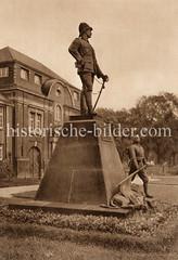 Historische Aufnahmen der Universität Hamburg im Stadtteil Rotherbaum. Wissmann Skulptur vor dem ehem. Kolonialinstitut und jetzigem Universitätsgebäude; Bildhauer Adolf Kürle.