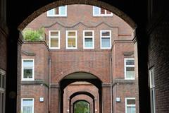 Fotos aus dem Hamburger Stadtteil Dulsberg - Bezirk Hamburg Nord. Torweg in der Elsässer Straße, denkmalgeschützter Siedlungsbau von 1923, Architekt Carl Brunke / Fritz Schumacher.