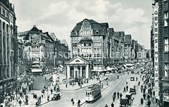 Historische Bilder aus der Hansestadt Hamburg - Fotos aus der Altstadt. Alte Panoramaaufnahme von der Spitalerstraße / Mönckebergstraße; im Vordergrund die Brunnenanlage des Mönckebergbrunnens mit den Georg Wrba Bronze Figuren, dahinter das  Gebäu