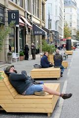 Altstadt für Alle - autofreie Zone im Hamburger Rathausviertel; Sitzbänke aus Holz auf der Straße.