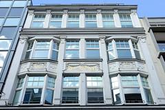 Fotos aus der Hamburger Einkaufsstraße Neuer Wall im Stadtteil Neustadt - Hamburgs Innenstadt.  Fassade vom Haus Prediger, errichtet 1908.