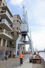 Fotos aus dem Hamburger Stadtteil Hafencity - Bezirk Hamburg Mitte. Neubauten / Wohnhäuser und historische Hafenkräne am Versmannkai / Baakenhafen.