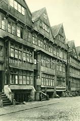 Historische Motive aus der Hansestadt Hamburg - alte Bilder aus Hamburgs Altstadt.  Wohnhäuser / Speicher an der Straße Herrlichkeit - Prellsteine schützen den Treppenaufgang.